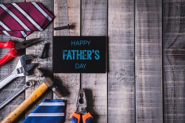 Conceito de dia dos pais feliz na mesa de madeira escura Foto Premium