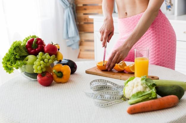 Conceito de dieta com mulher desportiva na cozinha Foto gratuita