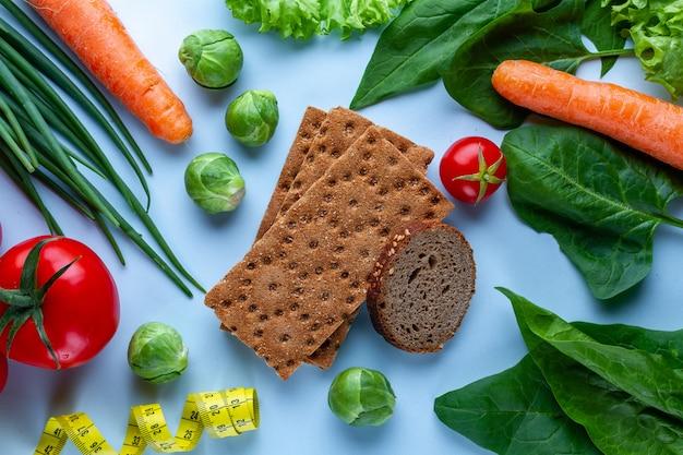 Conceito de dieta e nutrição. legumes frescos maduros para cozinhar pratos saudáveis. alimento de fibra limpo e equilibrado. fitness comer e perder peso. coma direito Foto Premium