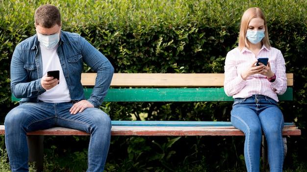 Conceito de distanciamento social no parque Foto Premium