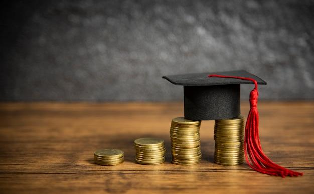 Conceito de educação de bolsas de estudo com tampa de graduação na poupança de dinheiro de moeda para a educação de subvenções Foto Premium