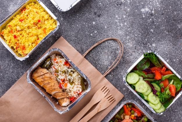Conceito de entrega de comida. almoço em container Foto Premium