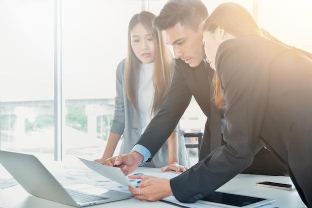 Conceito de equipe de negócios, pessoas de negócios brainstorm ou discutindo o relatório de documento em off Foto Premium