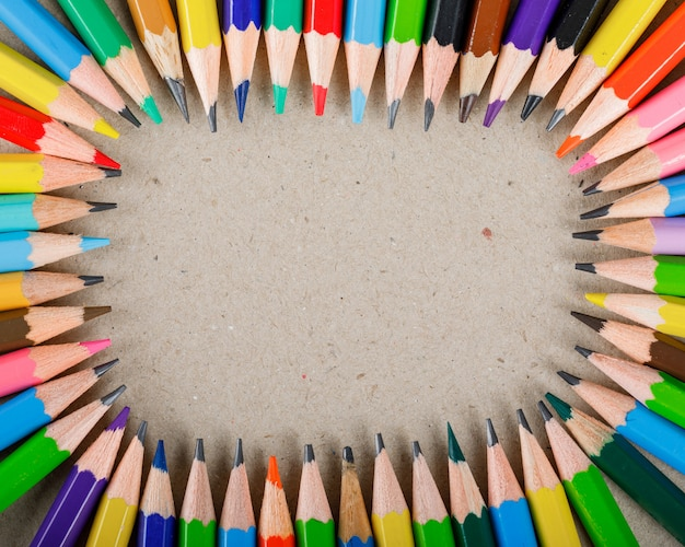 Conceito de escola e equipamento com lápis de cor em papel. Foto gratuita