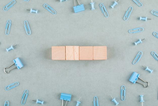 Conceito de escritório de negócios com blocos de madeira, clipes de papel, vista lateral de clipes de pasta. Foto gratuita