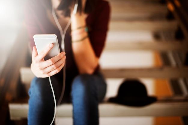 Conceito de escuta do abrandamento do entretenimento dos meios da música da mulher Foto Premium