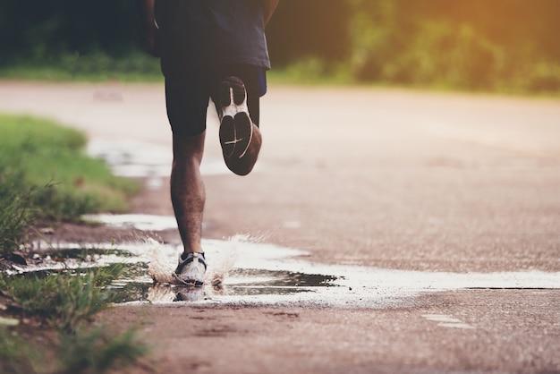 Conceito de esporte, close-up o homem com o corredor na rua Foto gratuita