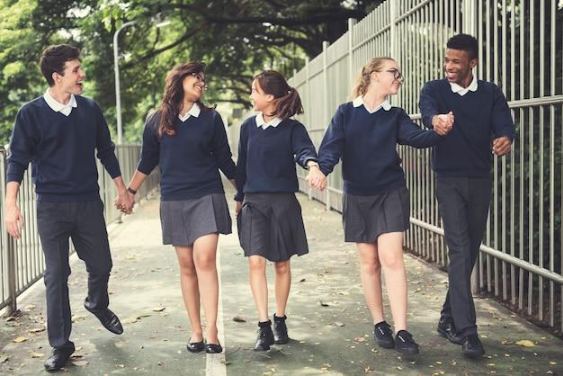 Conceito de felicidade de amigos de estudantes de diversidade Foto Premium
