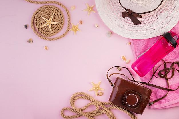 Conceito de férias. acessórios de férias feminino colorido. postura plana de verão. vista do topo Foto Premium