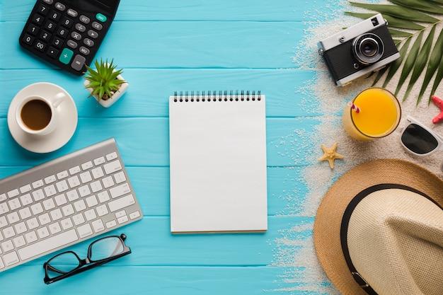 Conceito de férias plana leigos com notebook Foto gratuita