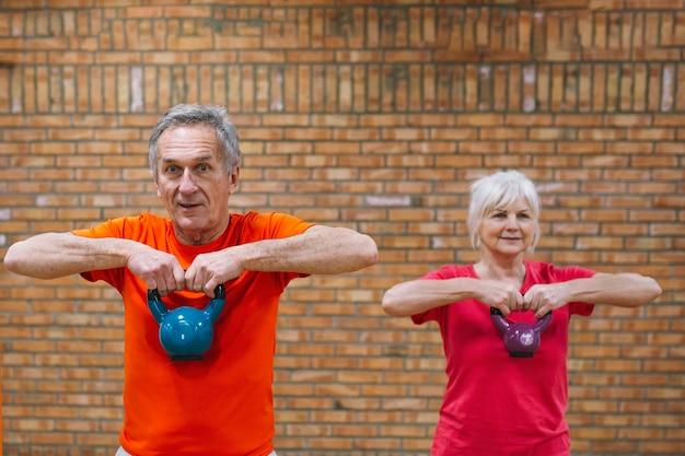 Conceito de fitness com avós Foto gratuita