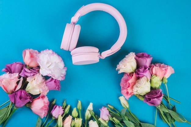 Conceito de flores encantadoras com fones de ouvido Foto gratuita
