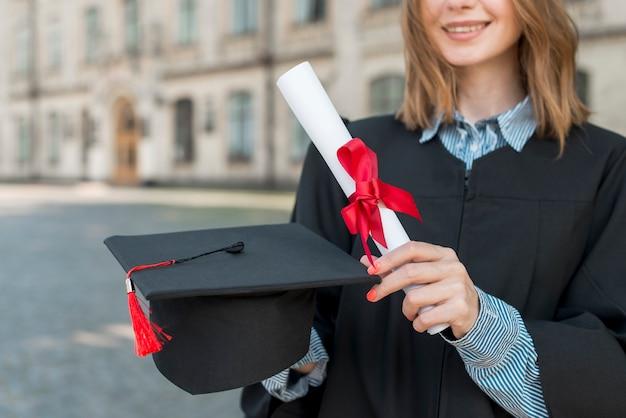Conceito de formatura com garota segurando seu diploma Foto gratuita