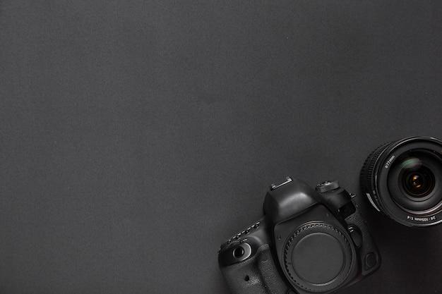 Conceito de fotografia com câmera e lentes com espaço de cópia Foto gratuita