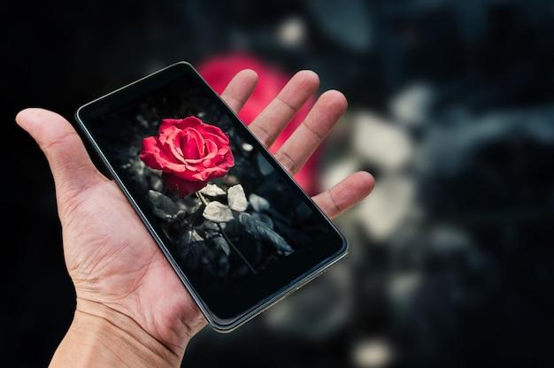 Conceito de fotografia móvel. mão segurando o smartphone e tirando foto Foto Premium