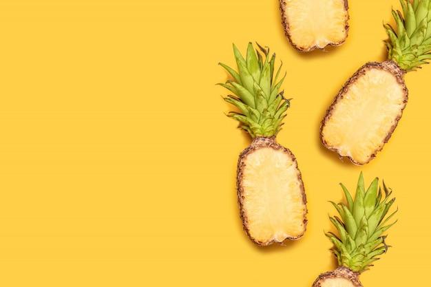 Conceito de fruta de verão criativo. abacaxis maduros no fundo amarelo pastel. Foto Premium