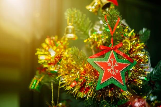 Conceito de fundo feliz natal. closeup, de, vermelho, estrela, com, verde, quadro, pendurar, christ Foto Premium
