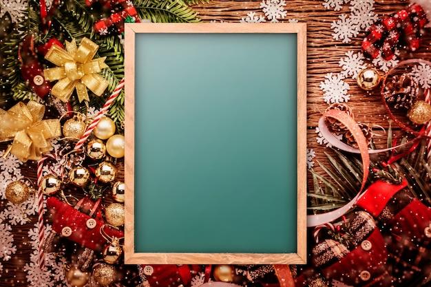 Conceito de fundo festivo com itens decorativos de natal Foto Premium