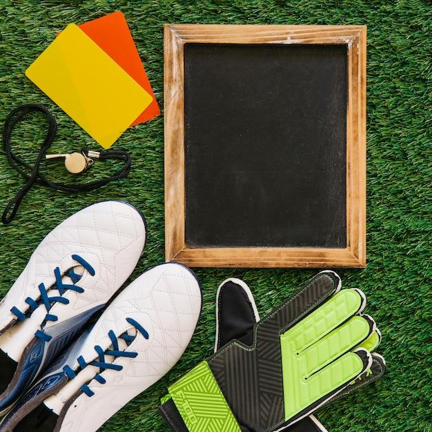Conceito de futebol com ardósia e elementos Foto gratuita