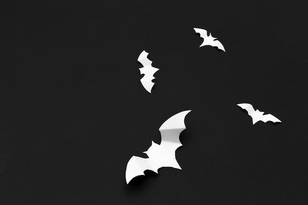 Conceito de halloween e decoração - morcegos de papel voando Foto Premium