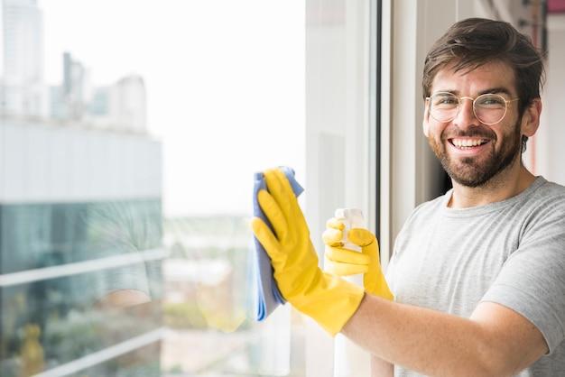 Conceito de homem limpando sua casa Foto gratuita