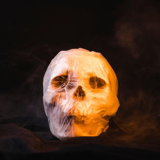 Conceito de horror com caveira em saco de plástico Foto gratuita