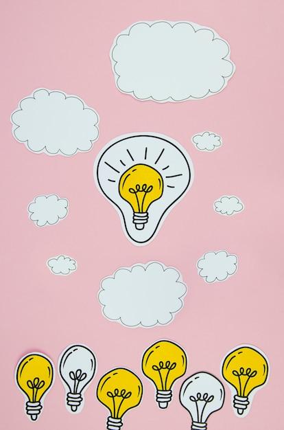 Conceito de idéia de lâmpadas de prata e ouro com nuvens Foto gratuita