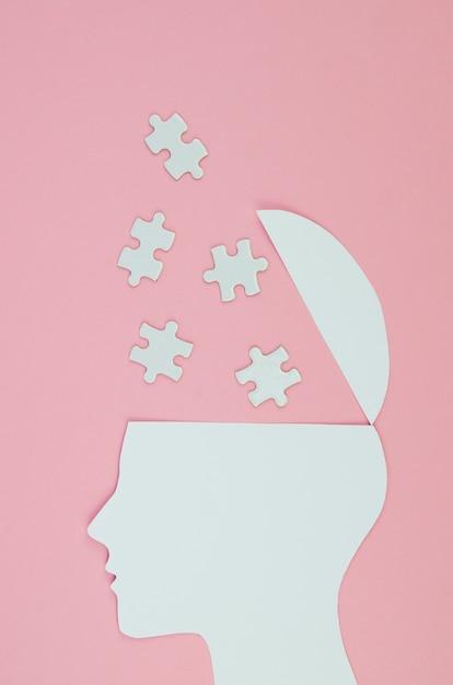 Conceito de ideia metafórica com peças de cabeça e quebra-cabeça Foto gratuita