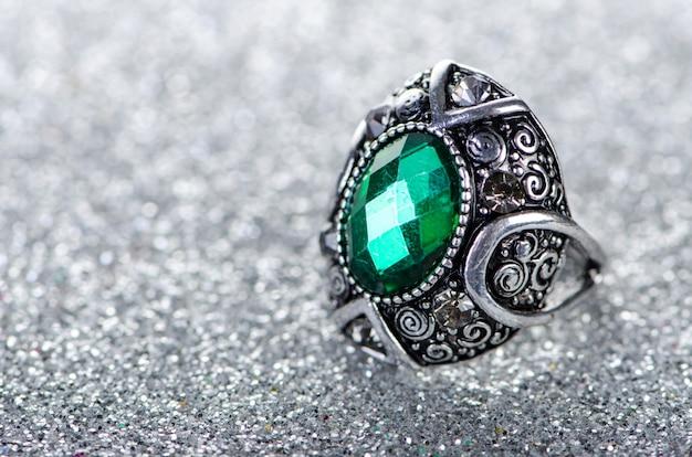 Conceito de jóias com anel no fundo brilhante Foto Premium