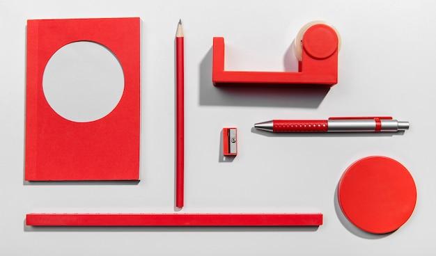 Conceito de knolling vermelho com notas autoadesivas Foto gratuita