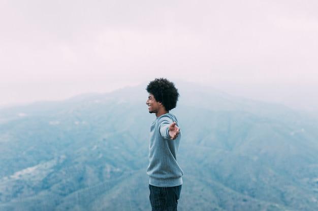 Conceito de liberdade com o caminhante na montanha Foto gratuita
