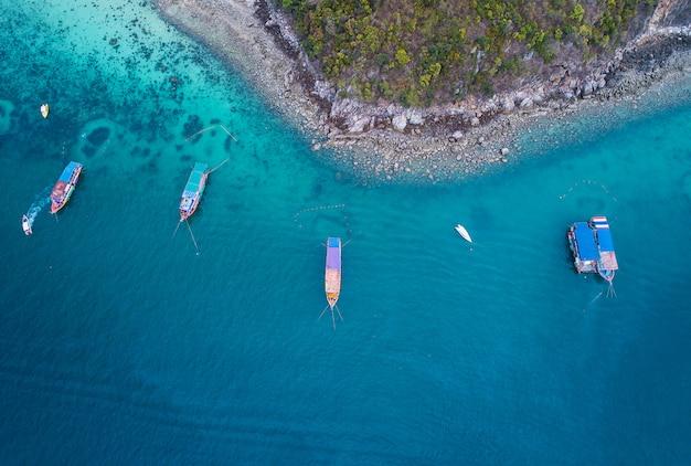 Conceito de liberdade fresca. dia de aventura e turismo. vista superior da lancha no mar azul Foto Premium