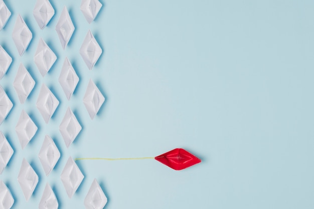 Conceito de liderança de barcos de origami Foto gratuita