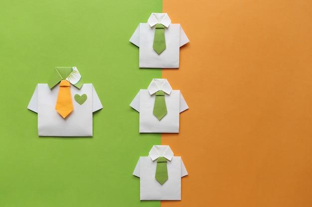 Conceito de liderança e trabalho em equipe, camisa amarela de origami com gravata e líder entre a pequena camisa amarela Foto Premium