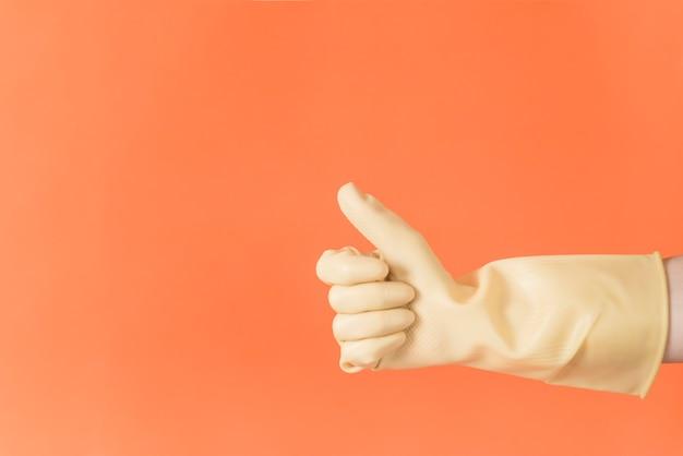 Conceito de limpeza com a mão fazendo os polegares para cima Foto gratuita