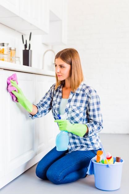 Conceito de limpeza com jovem Foto gratuita