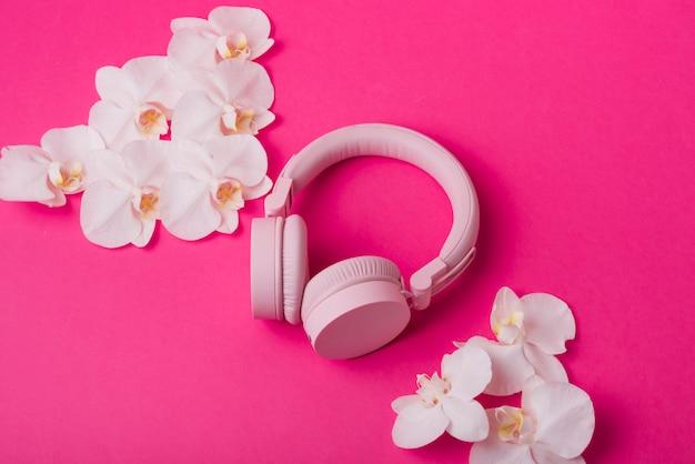 Conceito de lindas flores com fones de ouvido modernos Foto gratuita