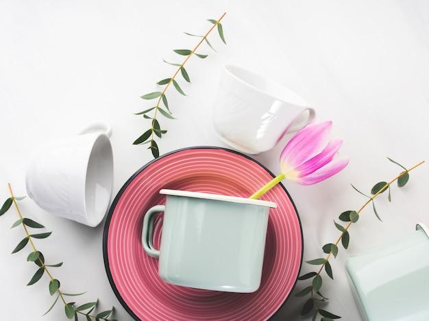 Conceito de louça de primavera com tulipas flores cor pastel Foto Premium