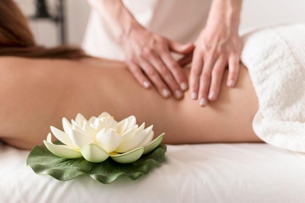 Conceito de massagem close-up com flor de lótus Foto gratuita