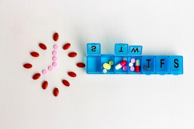 Conceito de medicina; tome remédio na hora todos os dias Foto Premium