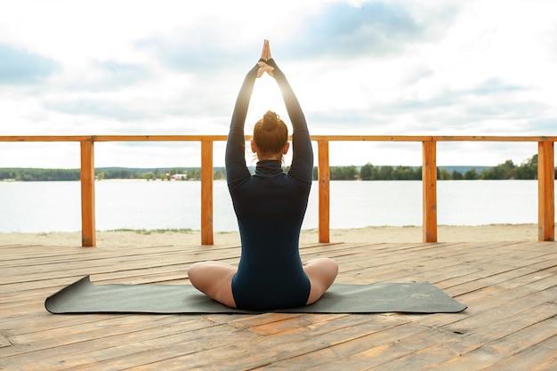 Conceito de meditação natureza. mulher, ioga, em, loto, posição Foto Premium
