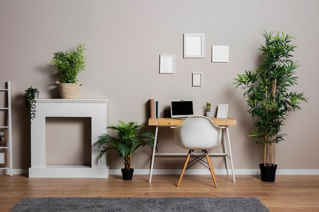 Conceito de mesa com plantas e cadeira Foto gratuita
