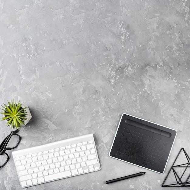 Conceito de mesa de escritório com elementos essenciais Foto gratuita