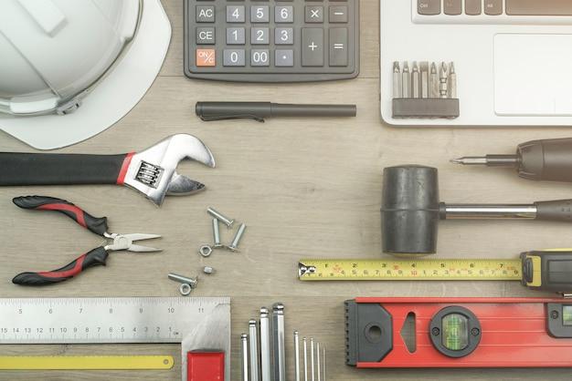Conceito de mesa de escritório de engenheiro com ferramentas de medição de nível de água Foto Premium