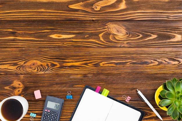 Conceito de mesa vista superior com fundo de madeira Foto gratuita