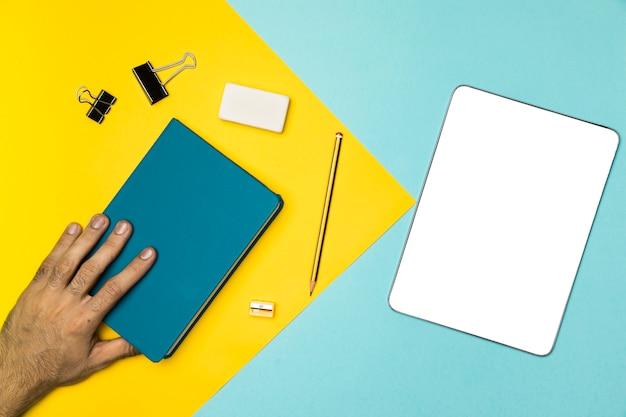 Conceito de mesa vista superior com notebook e tablet de maquete Foto gratuita