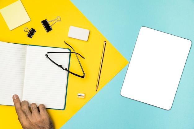 Conceito de mesa vista superior com tablet de maquete Foto gratuita