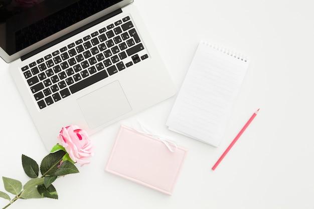 Conceito de mesa vista superior com uma rosa Foto gratuita
