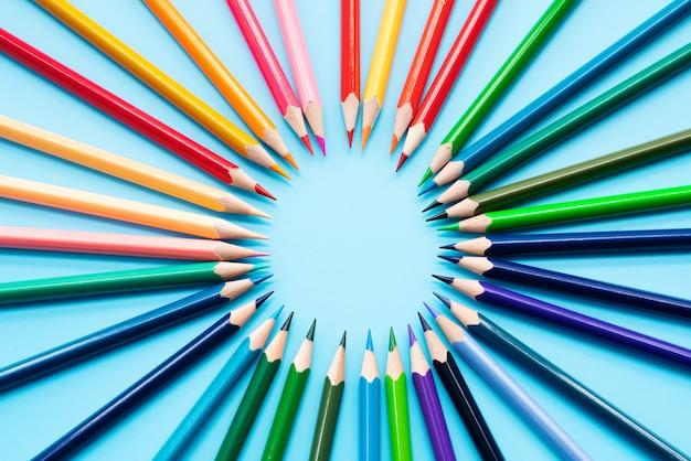 Conceito de missão, grupo de lápis de cor compartilhar idéia para completar a missão Foto Premium