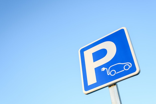 Conceito de mobilidade ecológica e zero emissões. sinal vertical de estacionamento para recarga de carros elétricos. Foto Premium